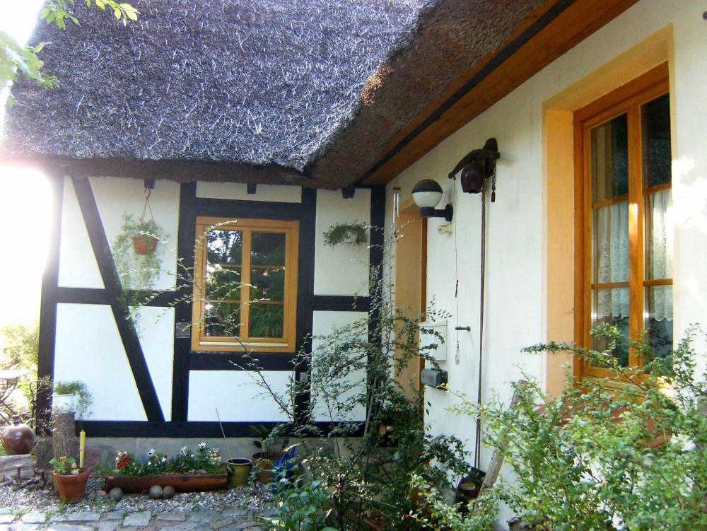 Doppelhaushälfte mit großzügigem Grundstück, ein romantisches Ensemble unter Reet., 18299 Laage, Doppelhaushälfte