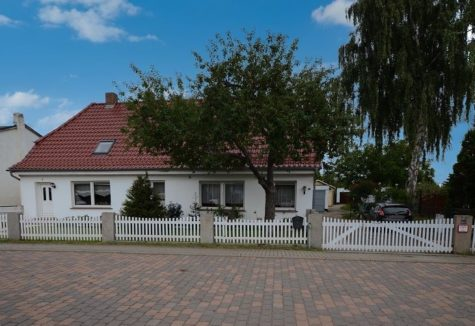 Keine zusätzliche Käuferprovision – Ein Haus | zwei Wohnungen | ca. 2.800 m² Grundstück an der Warnow, 18109 Rostock, Einfamilienhaus